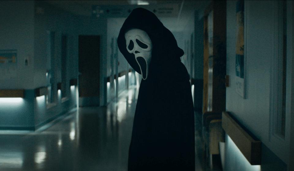 «Bonsoir Sidney…» Ghostface est de retour dans la bande-annonce flippante de Scream 5 !