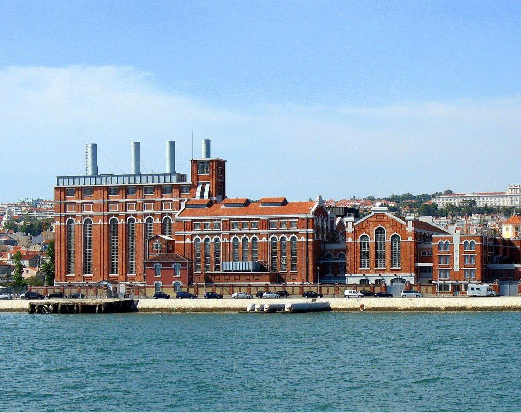 Museu da Eletricidade de Lisboa visto do rio tejo