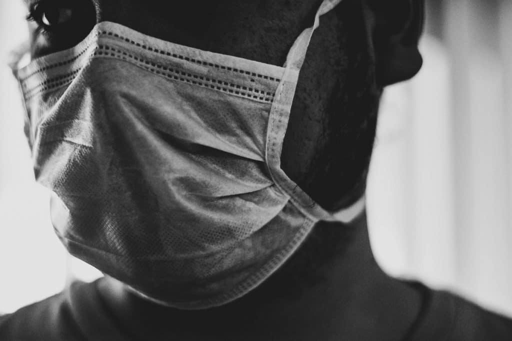 mulher a usar máscara de proteção contra o coronavírus