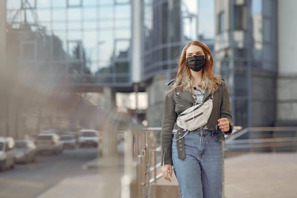 mulher com máscara a dirigir-se aos serviços públicos