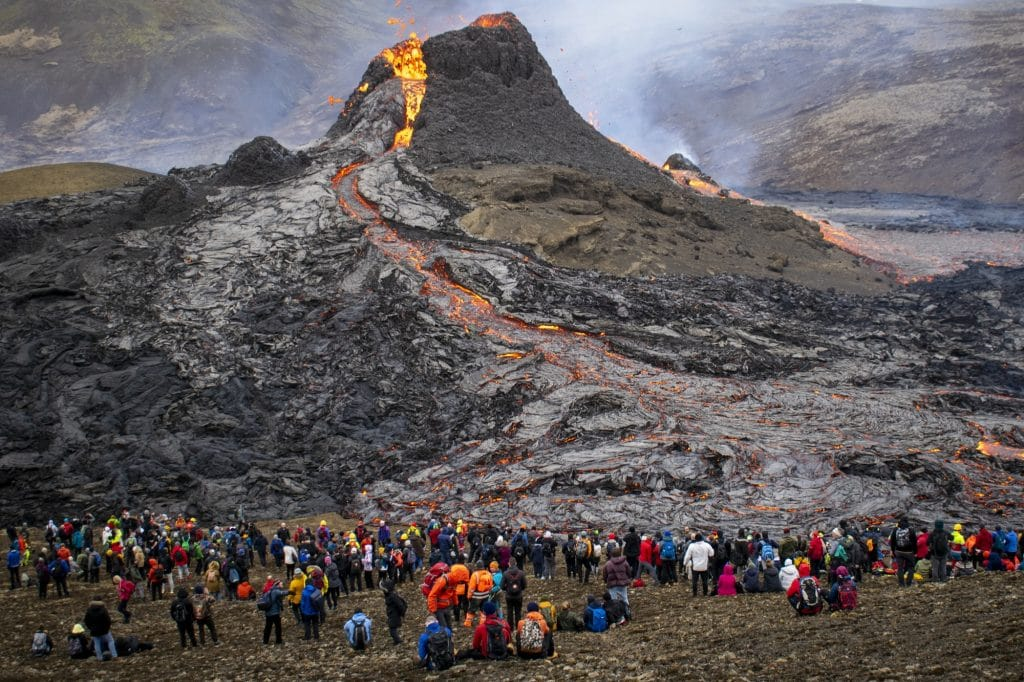 Depois de 800 anos, o vulcão Fagradalsfjall na Islândia acordou: as fotos e vídeos mais espetaculares