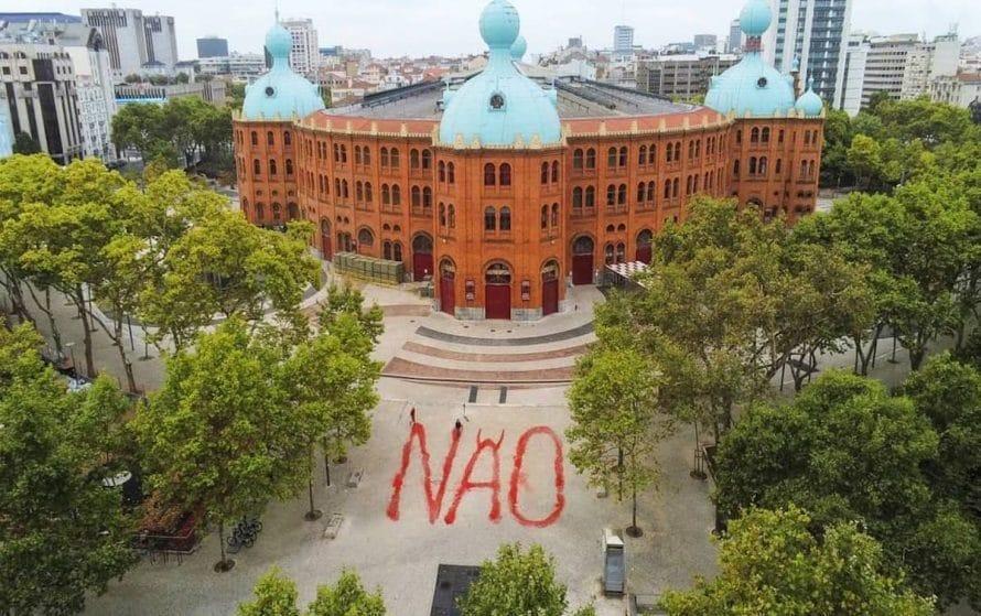 """Manifestação contra as touradas pinta a palavra """"não"""" junto ao Campo Pequeno, em Lisboa"""