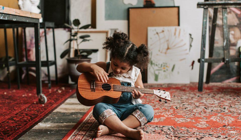 Programa oferece cursos modulares de música gratuitos para jovens e adultos
