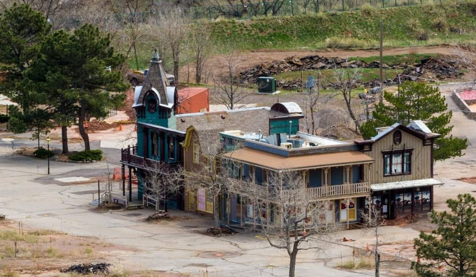 You Can Get A Glimpse At An Old Abandoned Victorian Theme Park At This Enchanted Trail