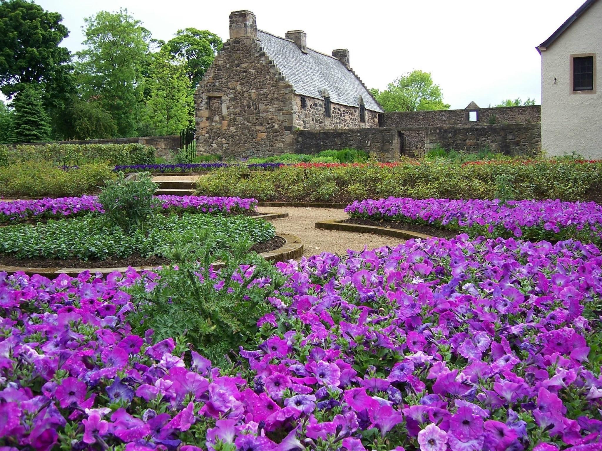 Auchinlea-Park_Provan-Hall_display-gardens
