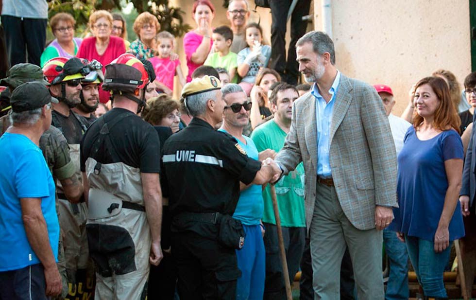 A young volunteer offered a broom to Felipe VI during his visit to Sant Llorenç