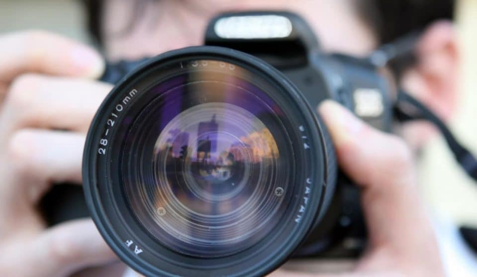 A british family is looking for a photograph and pays 90.000 € for the job