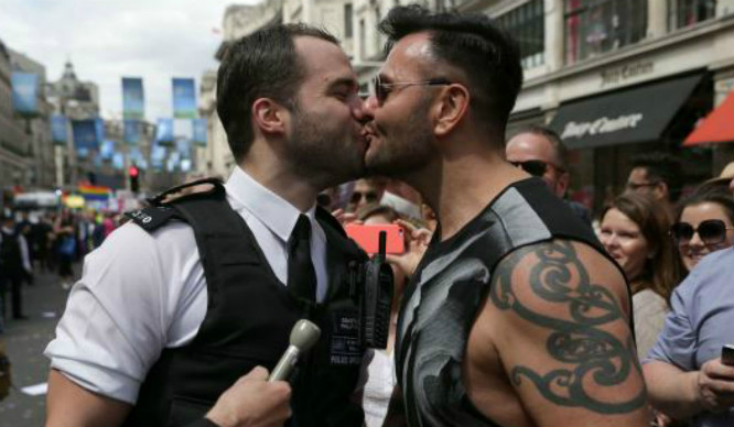Hearts Melted As Met Police Officers Proposed During London Pride