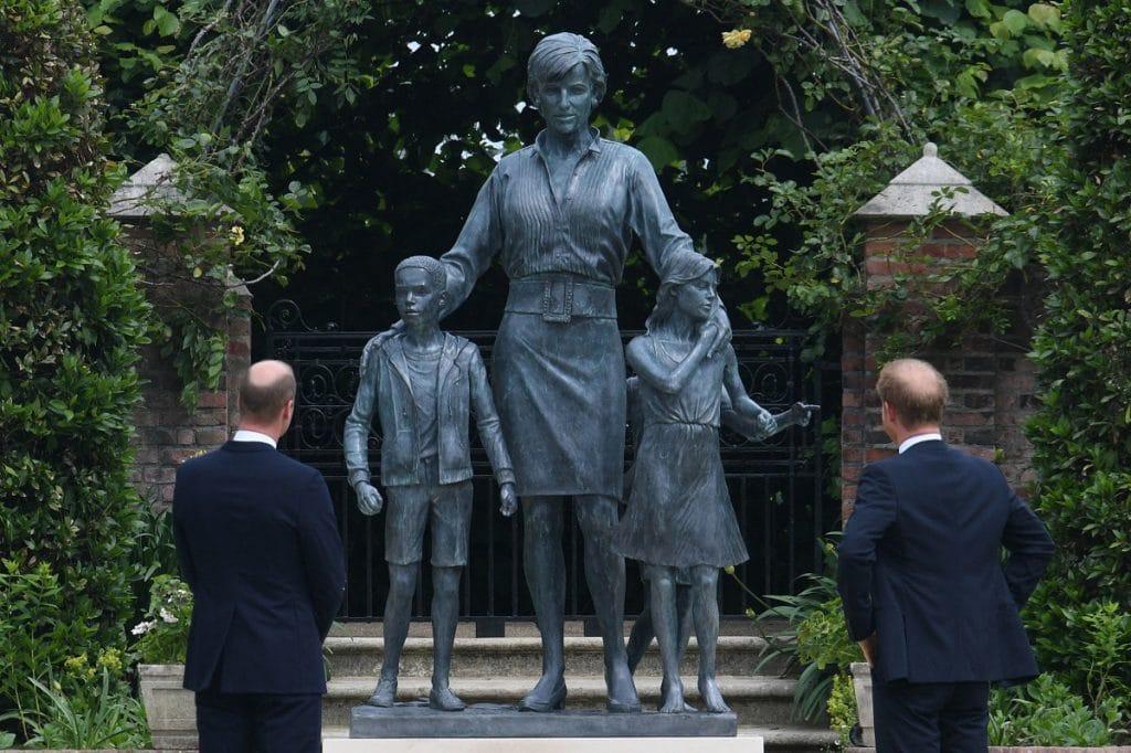 a statue of princess diana has been unveiled at kensington palace