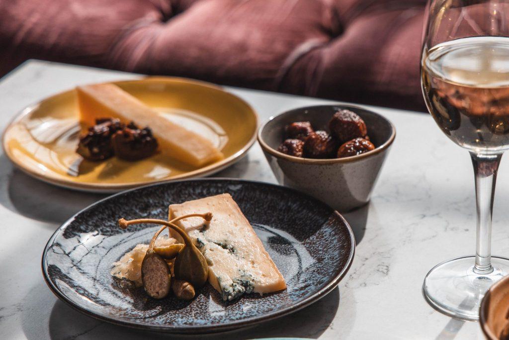 reveolving-cheese-wine-belt