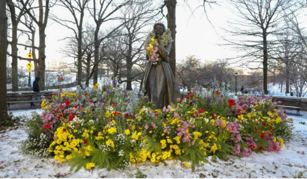 Flower Installations Adorn the City's Only 6 Female Statues