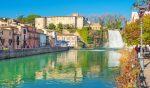 Vicino a Roma c'è un meraviglioso borgo con una cascata in pieno centro