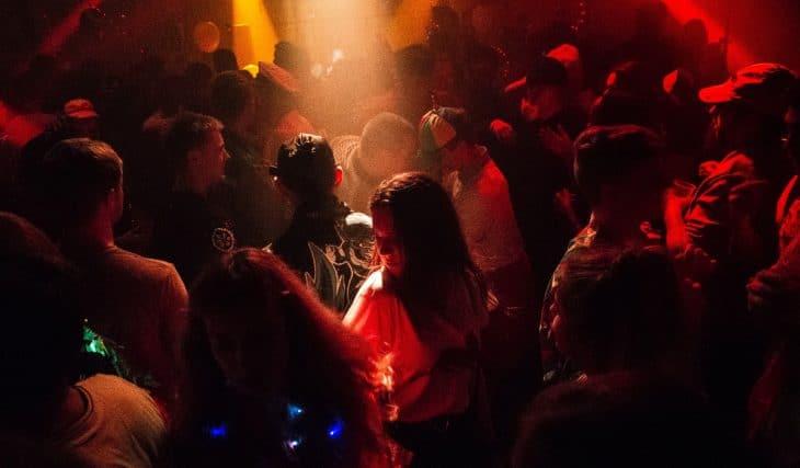 Clubbesucher werden bald ohne Maske tanzen können
