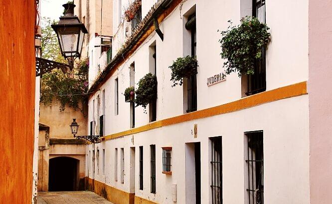 Asesinatos, traiciones y pagafantas: las calles con más historia de Sevilla