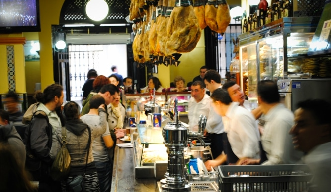 Los mejores bares de Sevilla para llevar a tus visitas