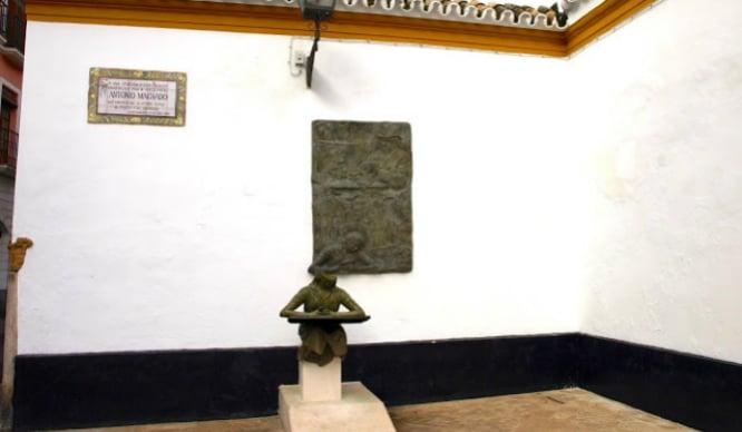 El monumento a Machado del Palacio de Dueñas sufre un ataque vandálico