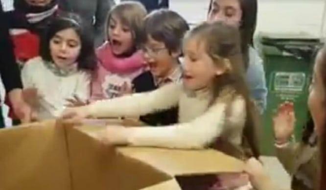 La reacción de una niña sevillana que abre un regalo y ve a su padre tras meses se hace viral
