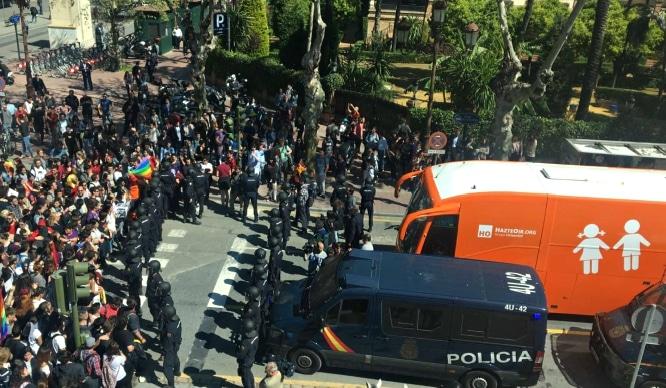 El autobús de Hazte Oír se ve obligado a abandonar Sevilla