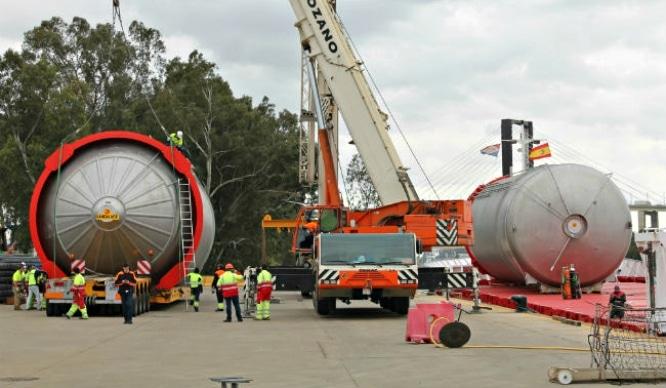 Aparecen 3 gigantes tanques de cerveza en el Guadalquivir