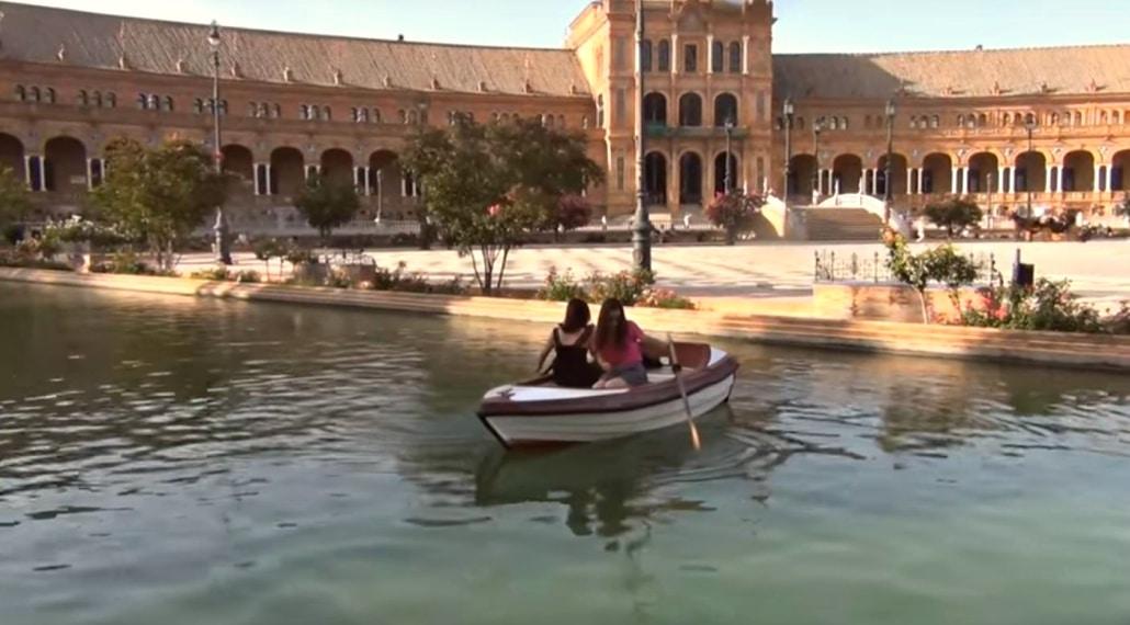 Dos turistas que no pueden salir del estanque de Plaza de España se hacen virales