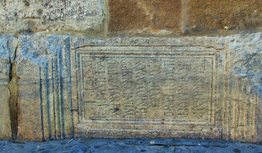 Lápidas funerarias, textos en latín y otros secretos de la Giralda