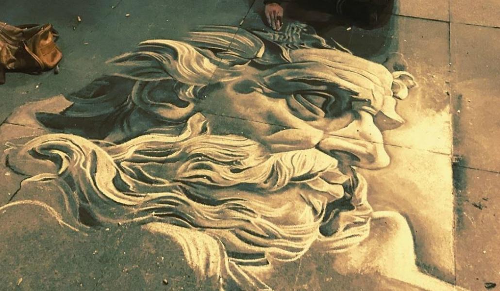 Una artista triunfa con sus pinturas en las aceras sevillanas
