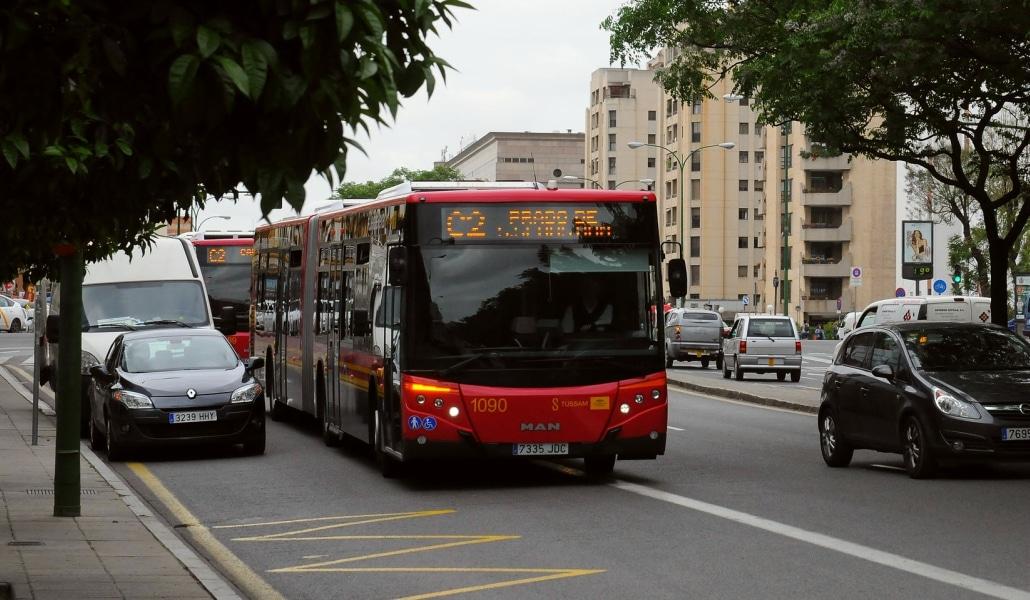Retiran 6 autobuses en Sevilla por lanzamiento de piedras y huevos