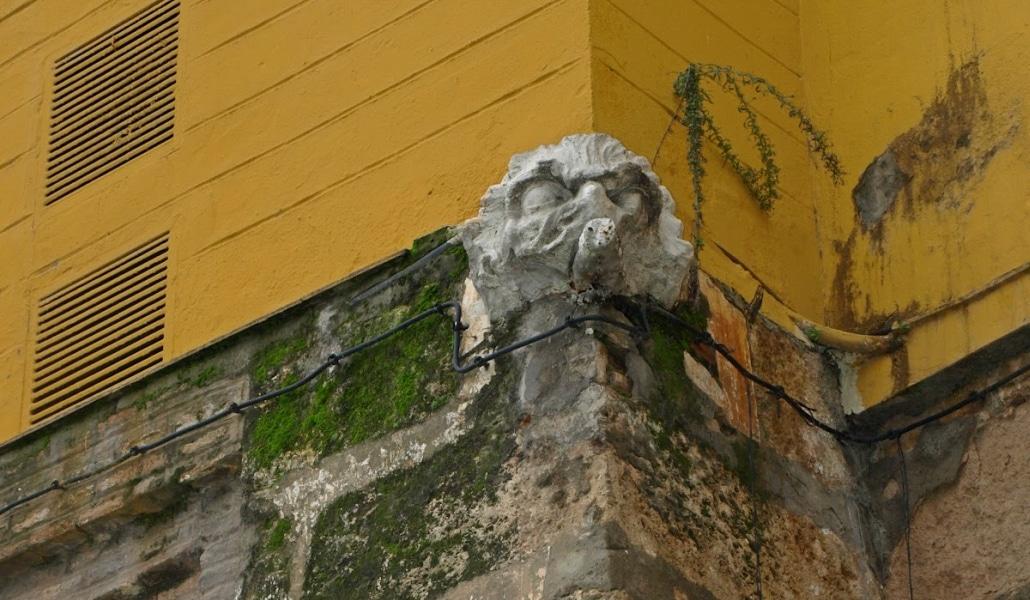 ¿Sabías por qué hay una boca de león en Triana?