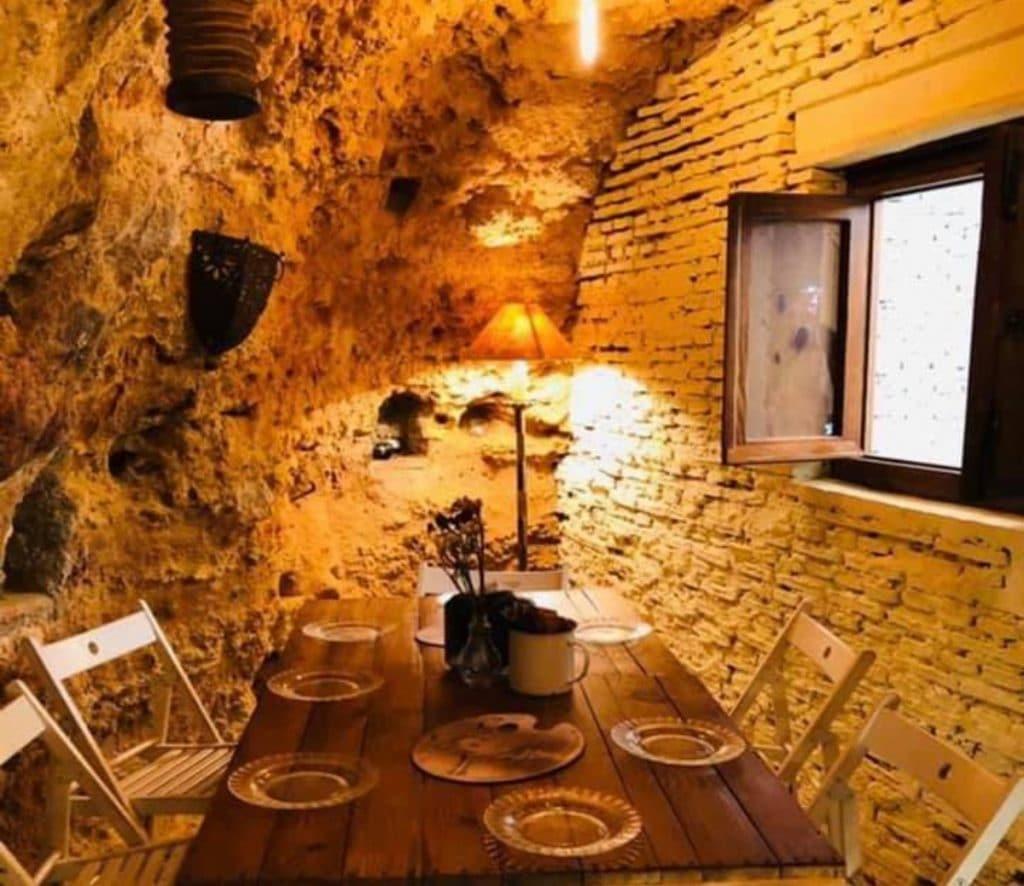 Comer de lujo en una cueva de la provincia de Sevilla es posible