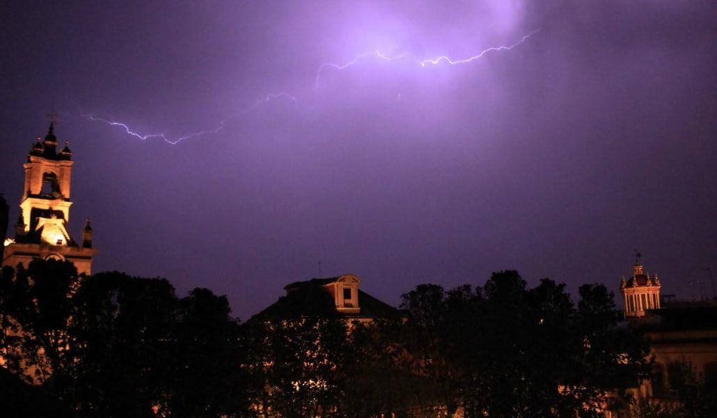 Una tormenta eléctrica sorprende a Sevilla el pasado domingo