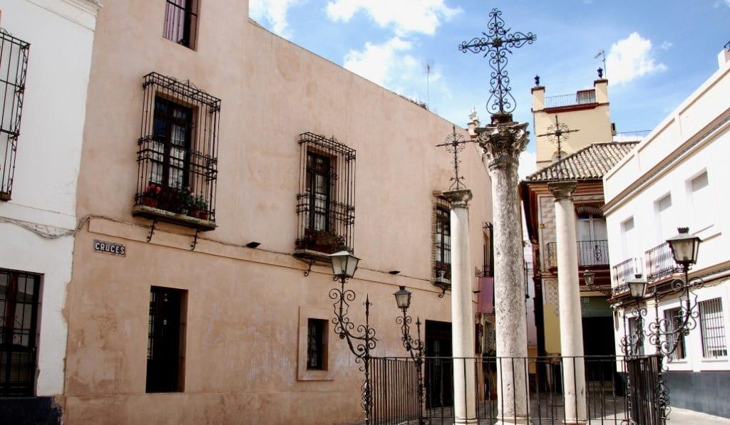La calle de las Cruces, el rincón de Santa Cruz donde se para el tiempo