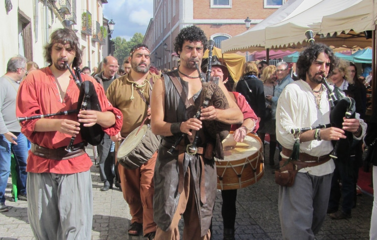 Alcalá_de_Henares_(RPS_12-10-2014)_Mercadillo_medieval,_juglares