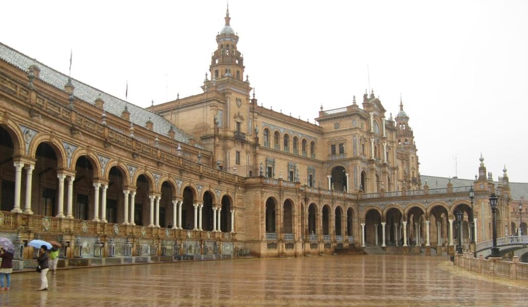 Se cierran los parques de Sevilla por las fuertes rachas de viento y lluvia