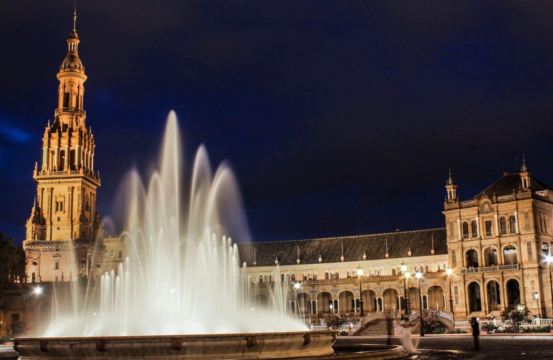 Plaza_de_España,_Sevilla._Fuente_iluminada