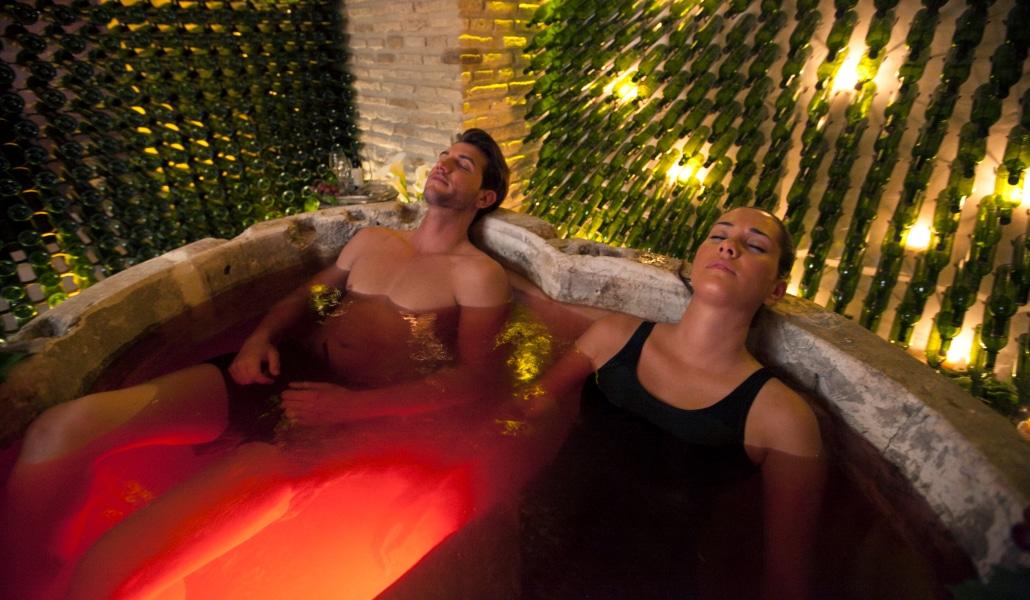 Bañarse en vino, la experiencia que puedes vivir en Sevilla