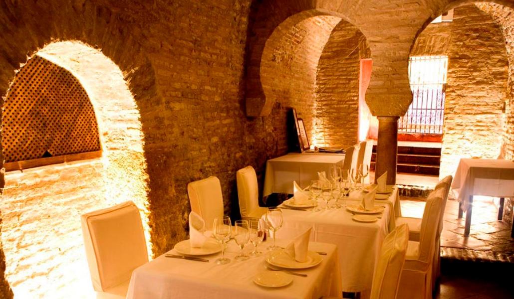 Comer pizza en unos baños árabes del siglo XII en Sevilla es posible