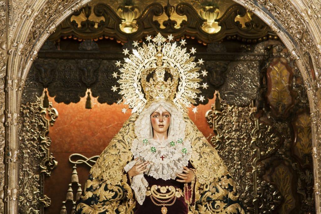 ¿Sabes qué artista folclórica donó el pelo a la Macarena?