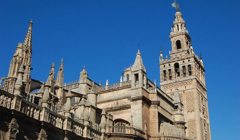 La Catedral de Sevilla prohíbe las chanclas, los tirantes y los pantalones cortos