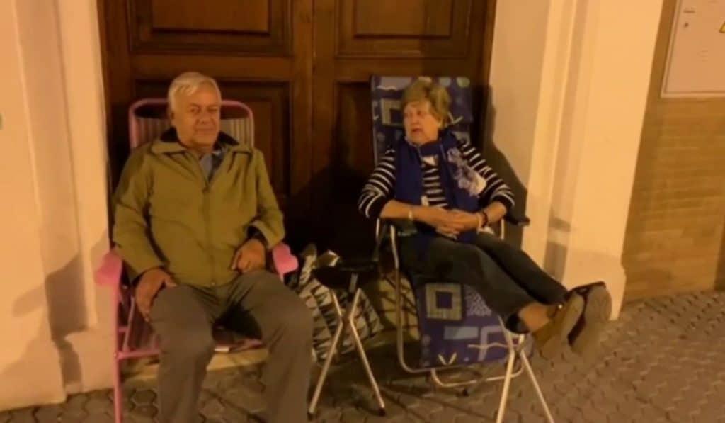 Dos abuelos sevillanos consiguen plaza para su nieto después de hacer guardia frente al colegio