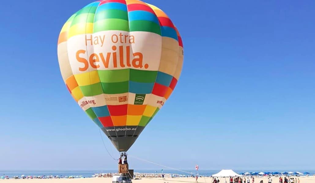 El globo 'Hay otra Sevilla' recorre las playas andaluzas