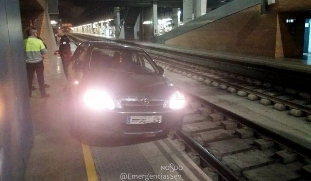 Un anciano conduce 800 metros por la vía del tren en Santa Justa