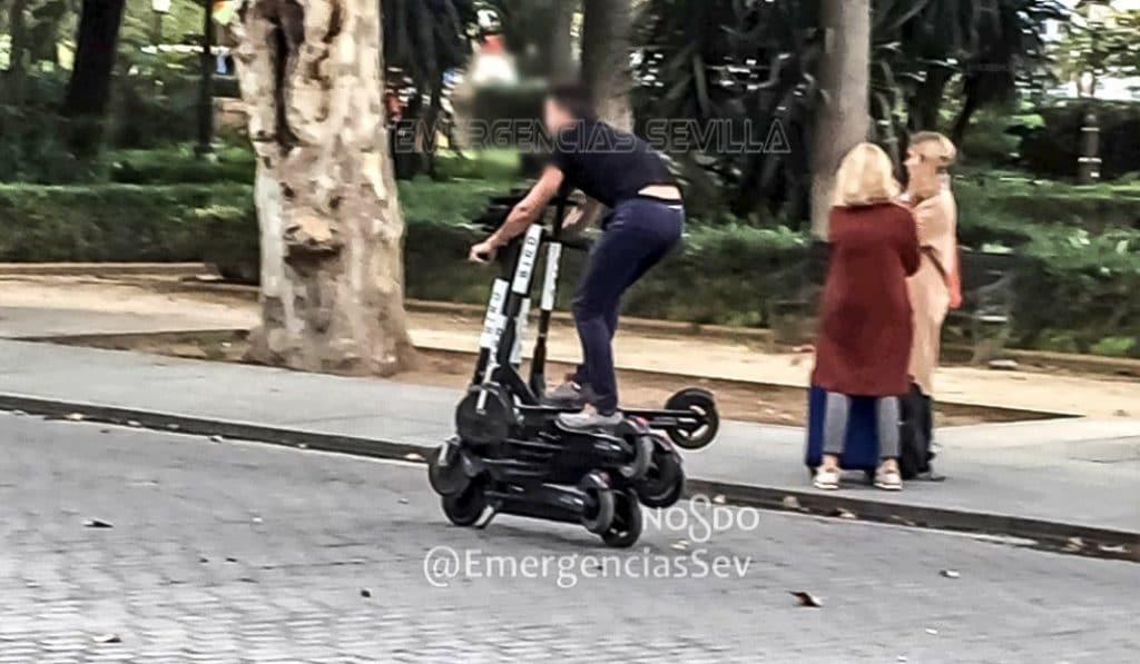 Denuncia a un hombre que conducía seis patinetes eléctricos en Sevilla