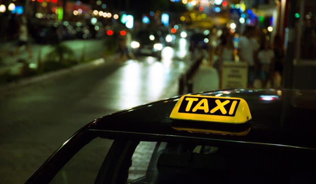 Un taxista devuelve 5.560 euros que un cliente había olvidado