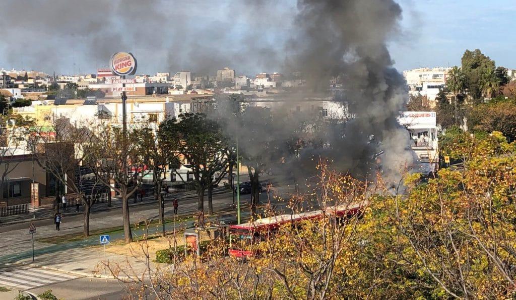 Arde un autobús de la línea 2 de Tussam