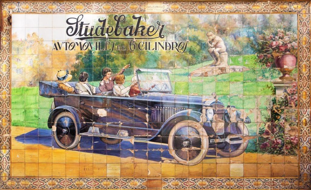 Studebaker: historia del azulejo publicitario más importante de Sevilla