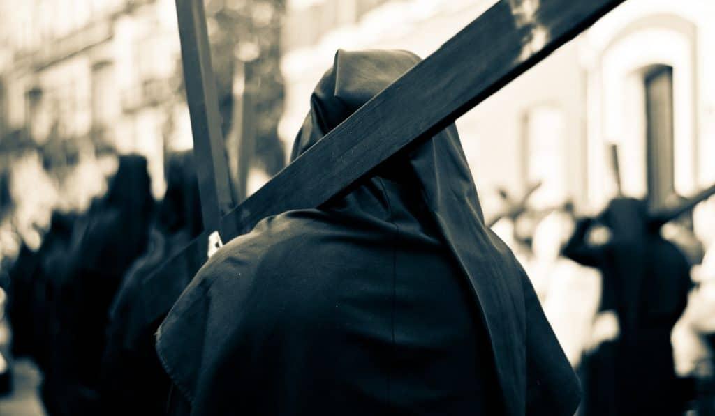 Un penitente se pasea bajo la lluvia de Sevilla y se hace viral