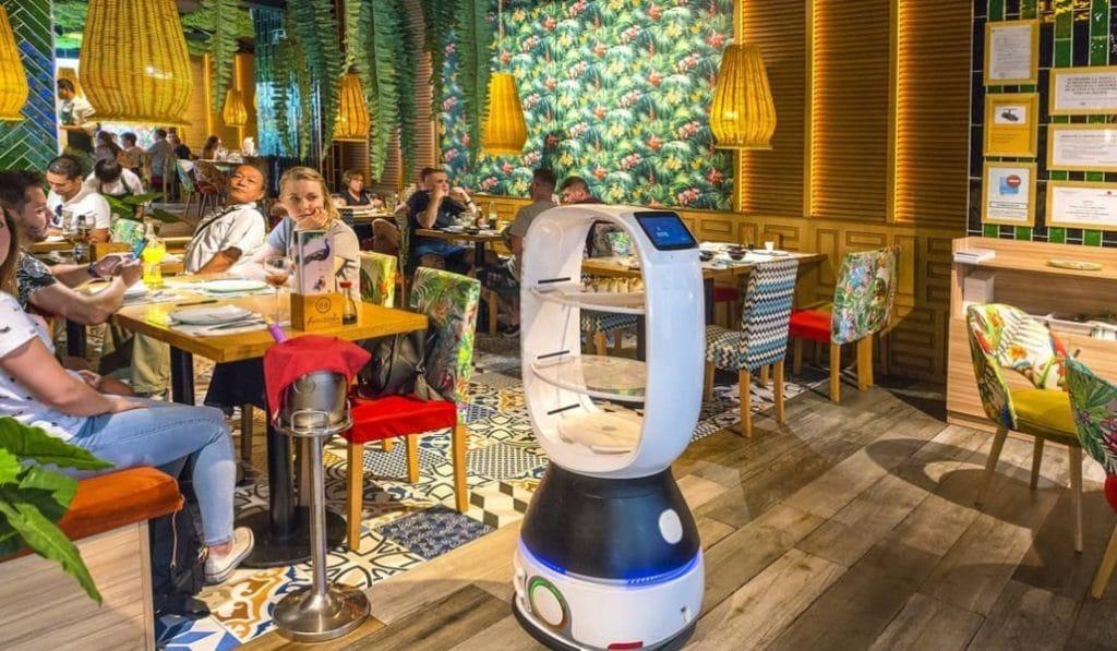 Cacahuete: el primer robot camarero de Sevilla sirve en Lagoh