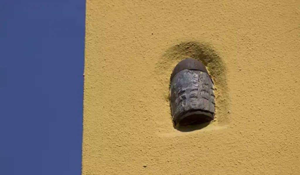 ¿Sabías por qué hay una granada en una pared de la calle mosqueta?