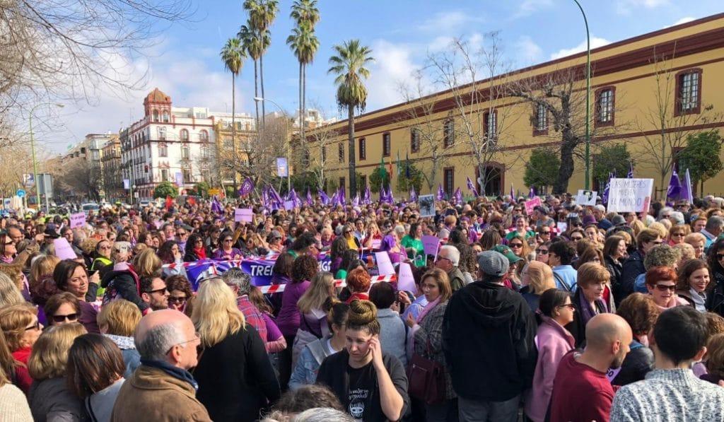 Más de 8.000 feministas se manifiestan contra los recortes de la Junta