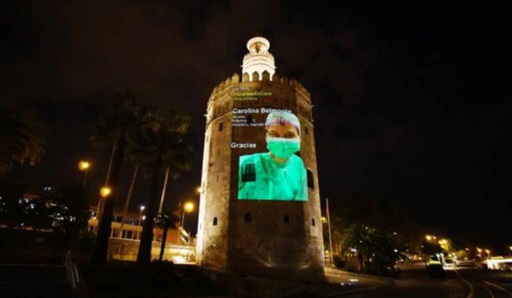 La Torre del Oro se ilumina para rendir homenaje a los sanitarios